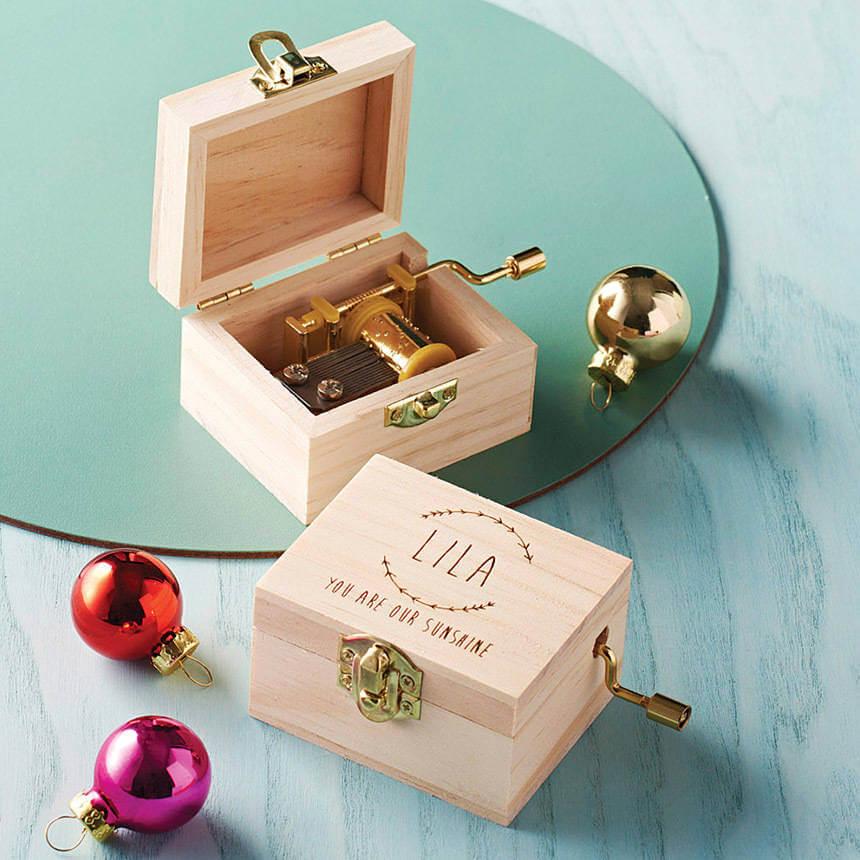 Unusual & Personalised Wedding Favour Ideas l Mini Music Box