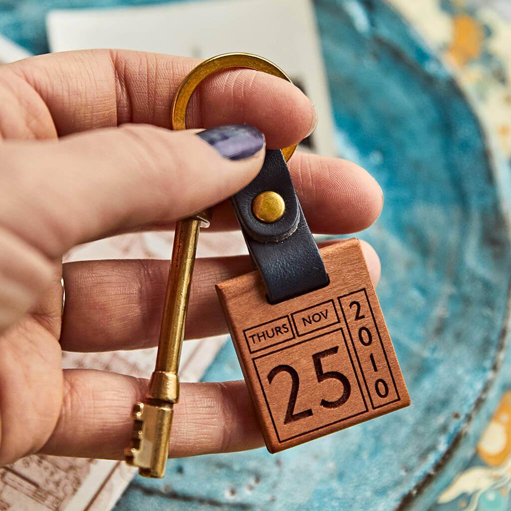 Personalised Memorable Date Keyring l Unusual & Personalised Wedding Favour Ideas