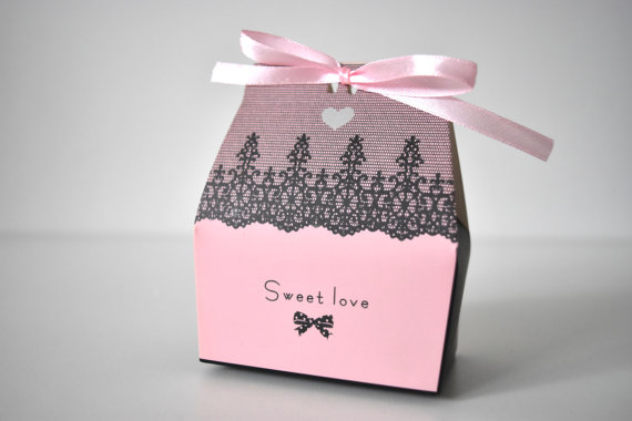Pink and black boxes wedding favours | Cheap wedding favours under £1 | realwedding.co.uk